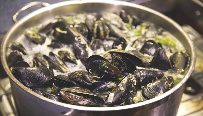 cooked black mussels